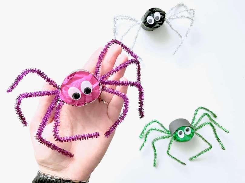 Lustige Spinnen aus Toilettenpapierrollen für Halloween basteln24